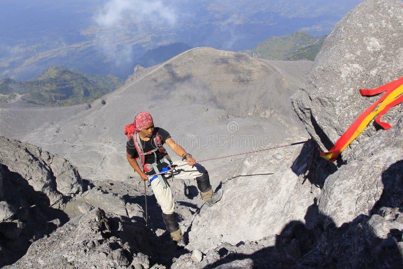 Los escaladores alcanzaron el top del monte Merapi foto de archivo libre de regalías