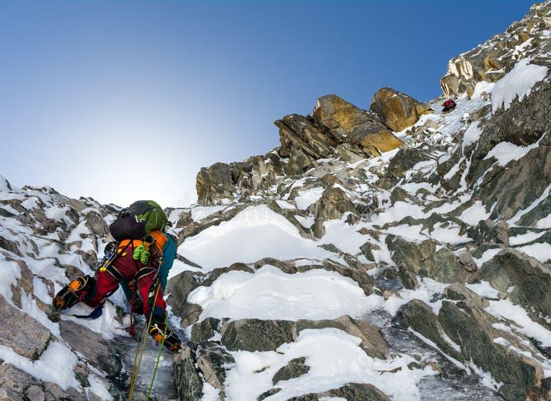 Los escaladores en la cumbre de la montaña en Tian Shan escénico se extienden foto de archivo