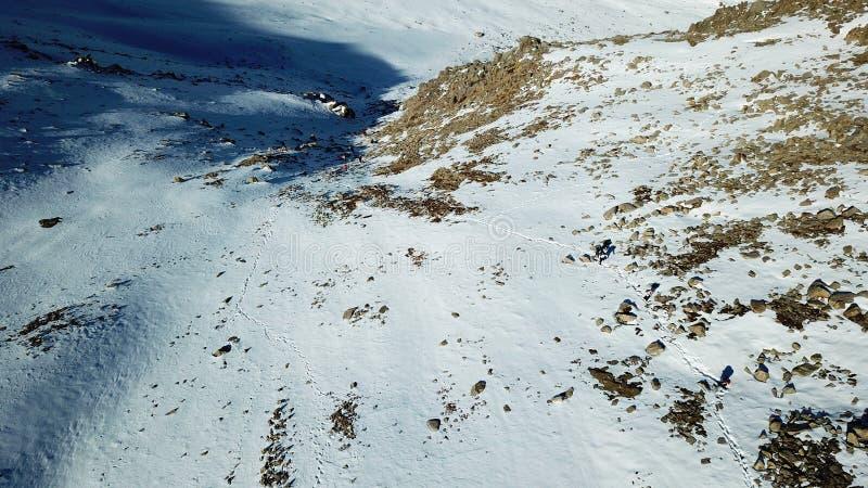 Los escaladores están en la nieve en las montañas Tiroteo con el abejón fotos de archivo libres de regalías