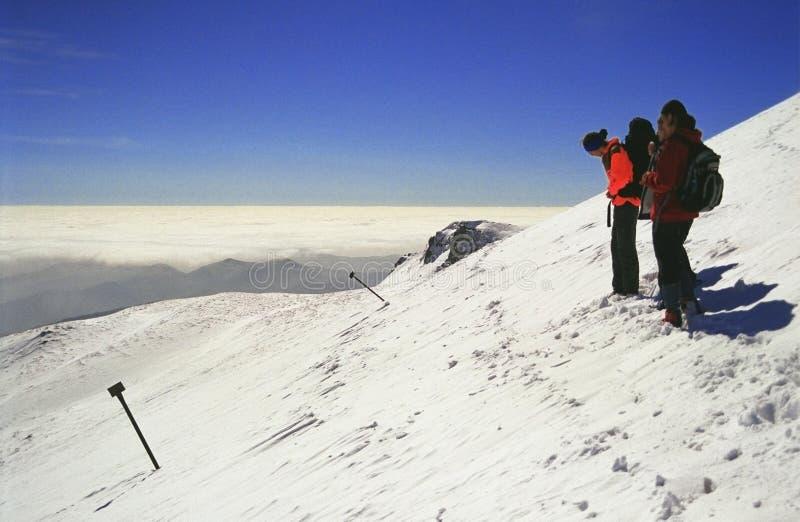 Los escaladores ven del pico de Furnica imagen de archivo