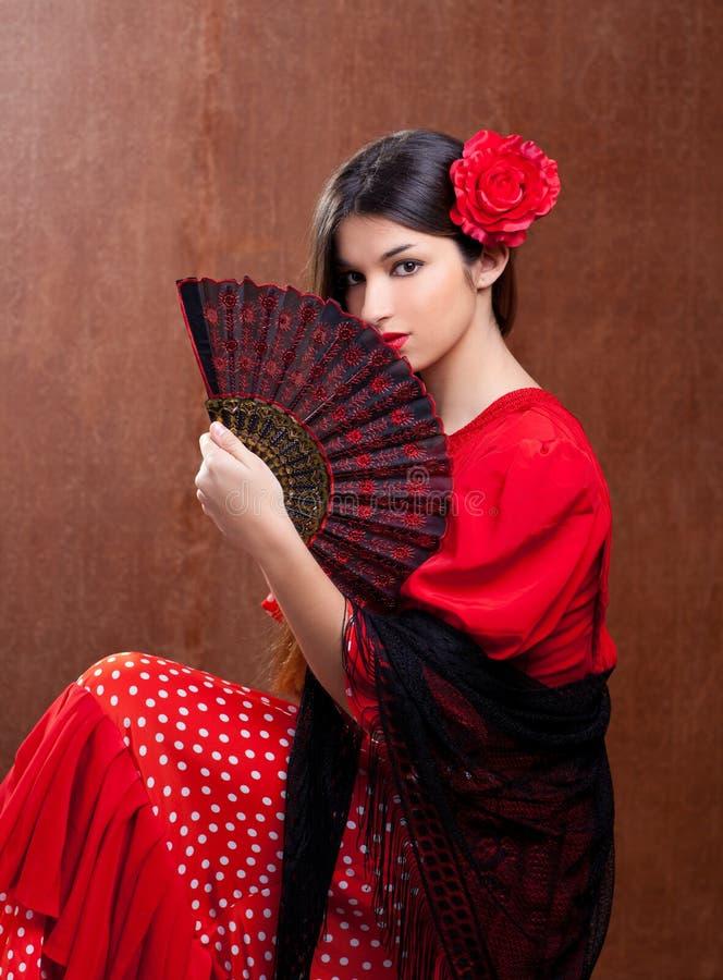 Los españoles gitanos de la rosa del rojo de la mujer del bailarín del flamenco avientan fotografía de archivo libre de regalías