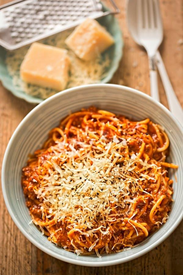 Los espaguetis boloñés con la carne de vaca picadita, salsa de tomate, rallaron el parmesano imagen de archivo