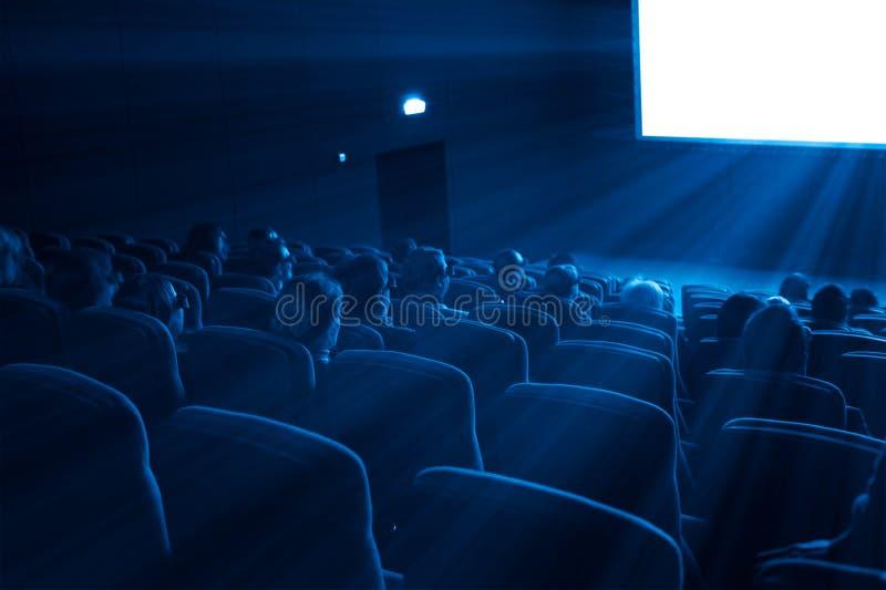 Los espectadores miran 3D una película, tono azul fotografía de archivo