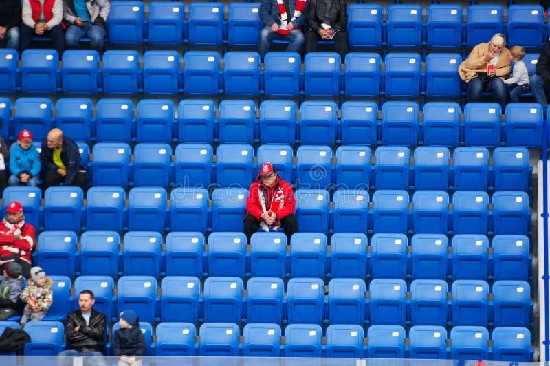 Los espectadores no identificados en tribuna esperan un comienzo del juego imagen de archivo libre de regalías