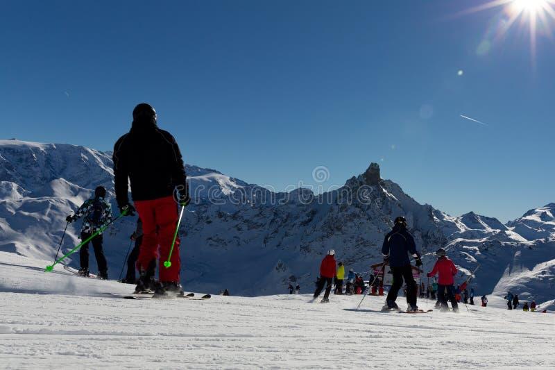 Los esquiadores en el esquí hermoso se inclinan en las montañas, gente el vacaciones de invierno Paisaje de la montaña del invier foto de archivo libre de regalías