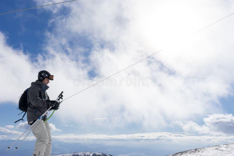 Los esquiadores gozan de la nieve en el centro del esquí de Kaimaktsalan, en Grecia rec imagen de archivo libre de regalías