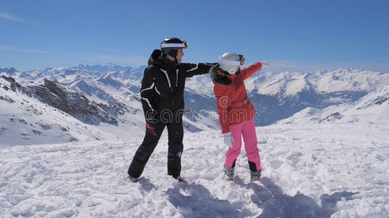 Los esquiadores vieron algo interesante en la demostración del valle y de la mano de la montaña fotos de archivo libres de regalías