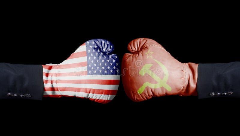 Los Estados Unidos de América contra los guantes de boxeo de URSS, los E.E.U.U. contra Concepto de URSS fotografía de archivo libre de regalías