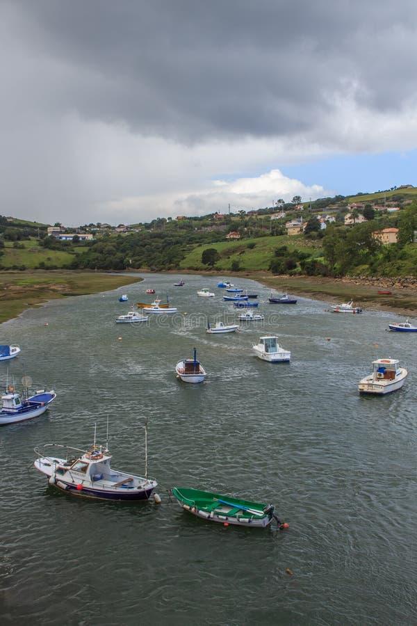 Los estuarios del pueblo hermoso de Sant Vicent de la Barquera foto de archivo