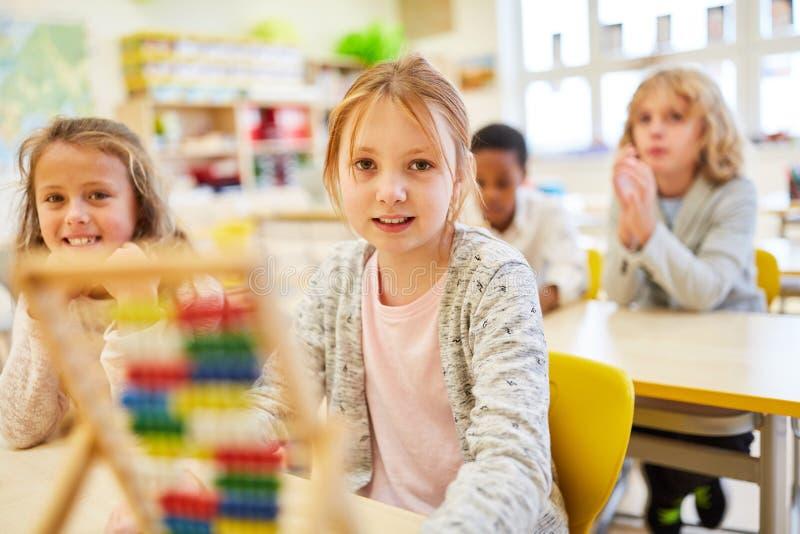 Los estudiantes aprenden contar en el ábaco foto de archivo