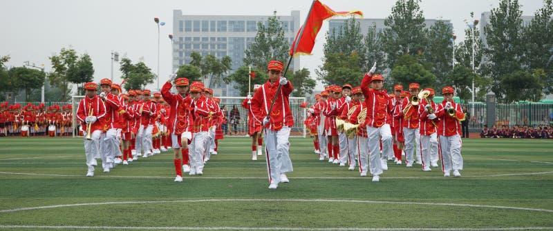 Los estudiantes chinos se unen a la ceremonia juvenil del equipo, funcionamiento del equipo de la trompeta del tambor foto de archivo