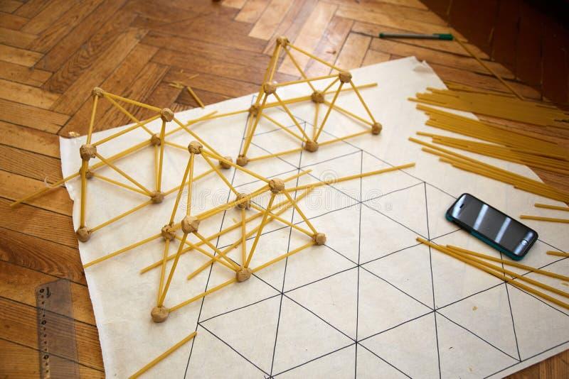 Los estudiantes crean diversos diseños de la torre de los espaguetis fotos de archivo libres de regalías