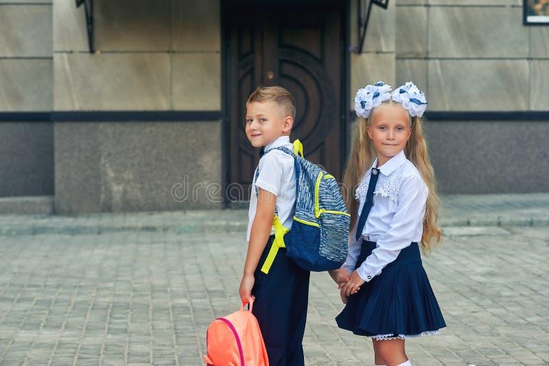 Los estudiantes de la escuela primaria van a enseñar para las clases El primer día de otoño fotos de archivo libres de regalías