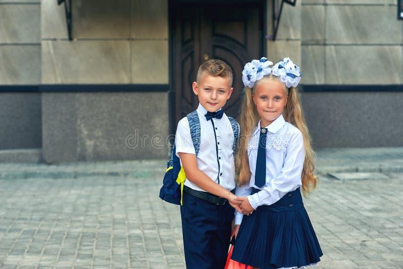 Los estudiantes de la escuela primaria van a enseñar para las clases El primer día de otoño fotografía de archivo libre de regalías
