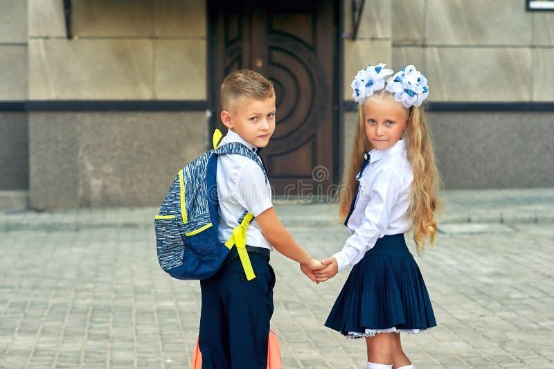 Los estudiantes de la escuela primaria van a enseñar para las clases El primer día de otoño fotos de archivo