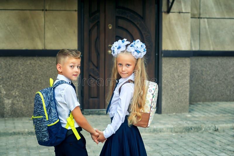 Los estudiantes de la escuela primaria van a enseñar para las clases El primer día de otoño imagen de archivo