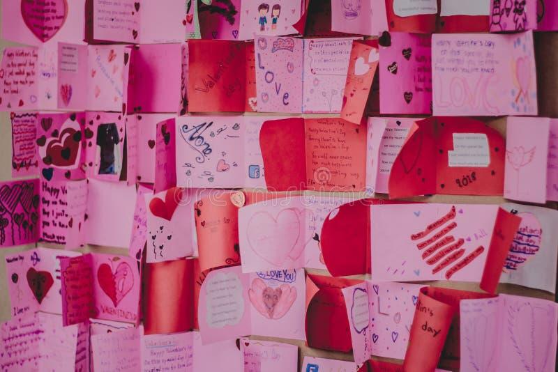 Los estudiantes de la escuela secundaria hacen tarjetas de la tarjeta del día de San Valentín foto de archivo