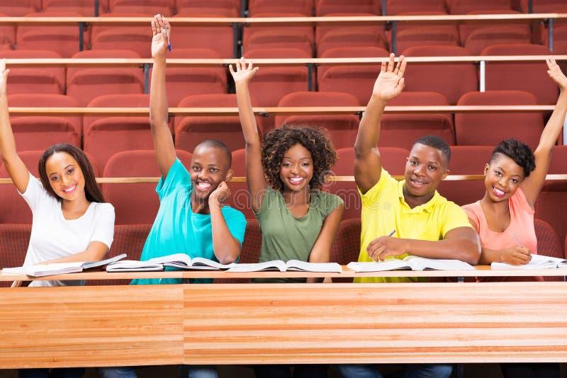 Los estudiantes del africano uni arman para arriba imagenes de archivo