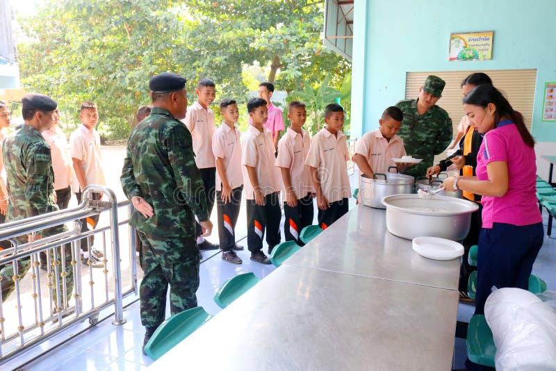 los estudiantes del hai se están alineando en la cantina de su escuela que espera imagen de archivo libre de regalías