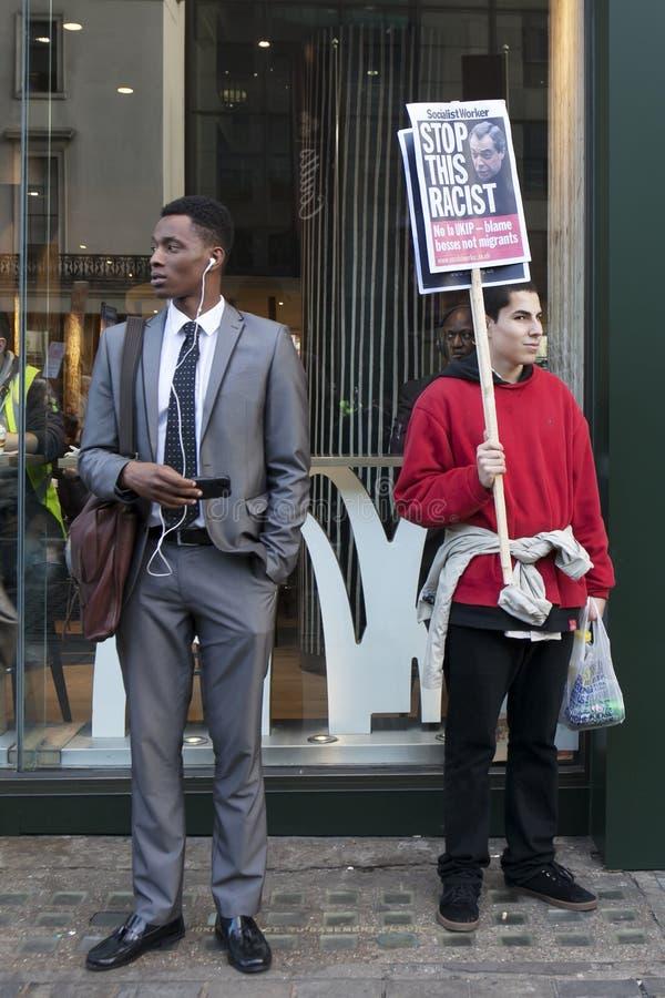 Los estudiantes protestan contra tarifas y los cortes y deuda en Londres central fotos de archivo
