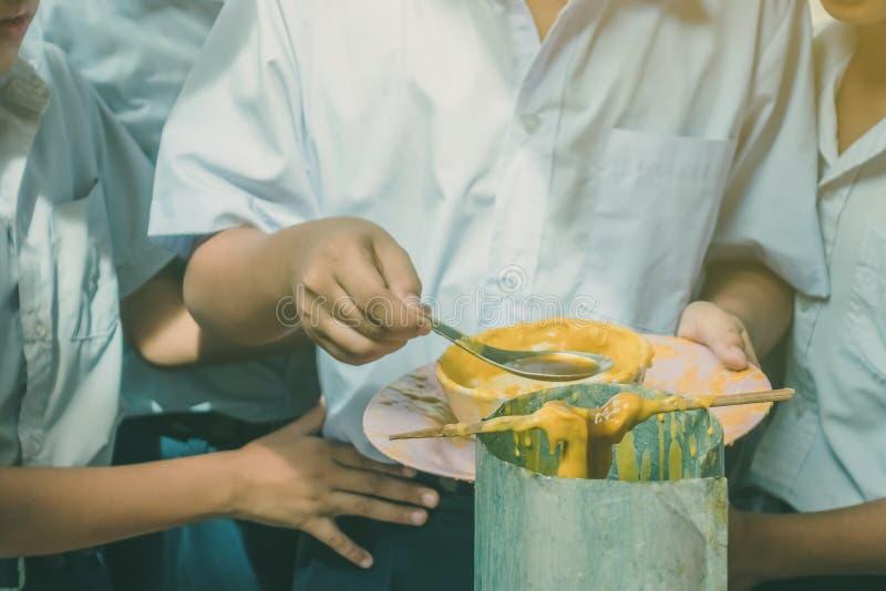Los estudiantes se unen a oferta echada de fusión de la vela al templo para Lent Day budista, fotos de archivo