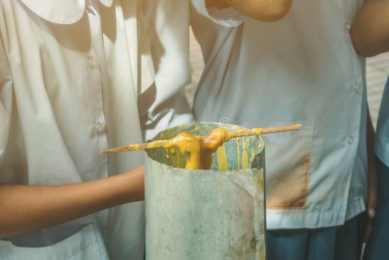 Los estudiantes se unen a oferta echada de fusión de la vela al templo para Lent Day budista, imagen de archivo