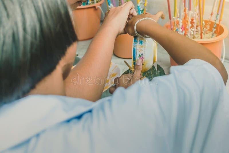 Los estudiantes se unen a oferta echada de fusión de la vela al templo para Lent Day budista, fotografía de archivo libre de regalías
