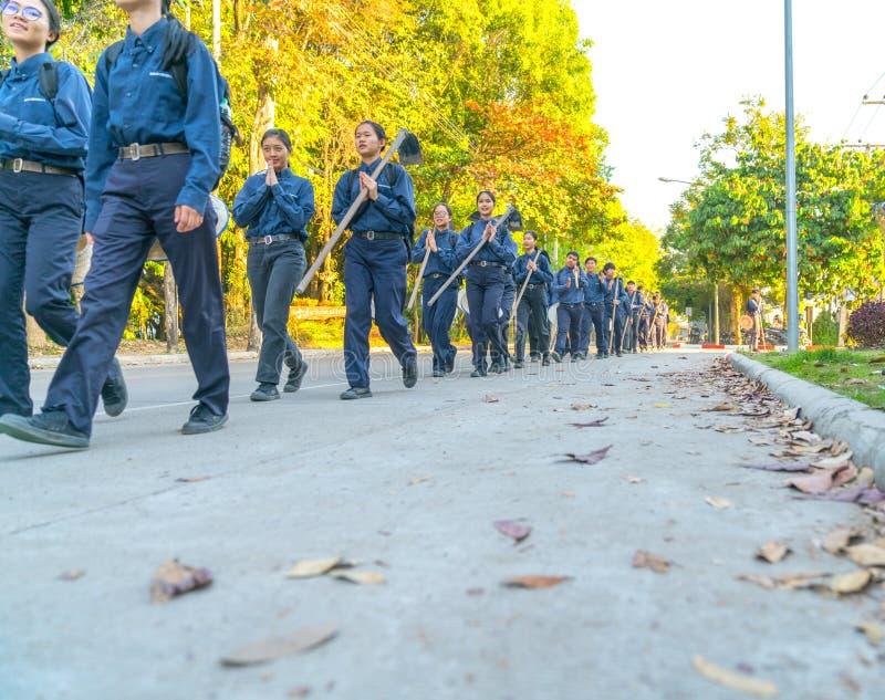 Los estudiantes universitarios agrícolas en uniforme y campo del azul azadonan o foto de archivo