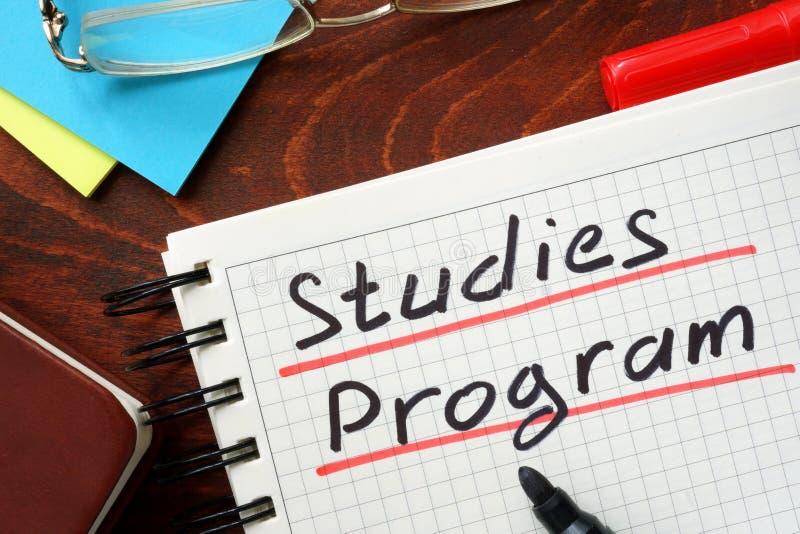 Los estudios programan escrito en una libreta imagen de archivo libre de regalías