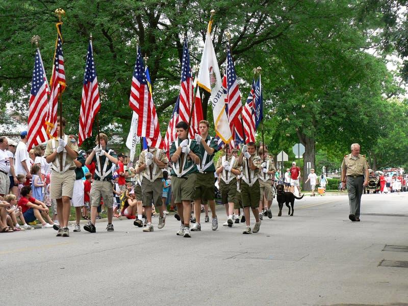 Los exploradores de muchacho marchan en el cuarto del desfile de julio foto de archivo