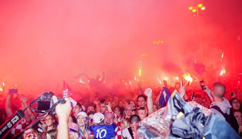 Los fanáticos del fútbol croatas están mirando el partido de Croacia - de Inglaterra fotografía de archivo libre de regalías