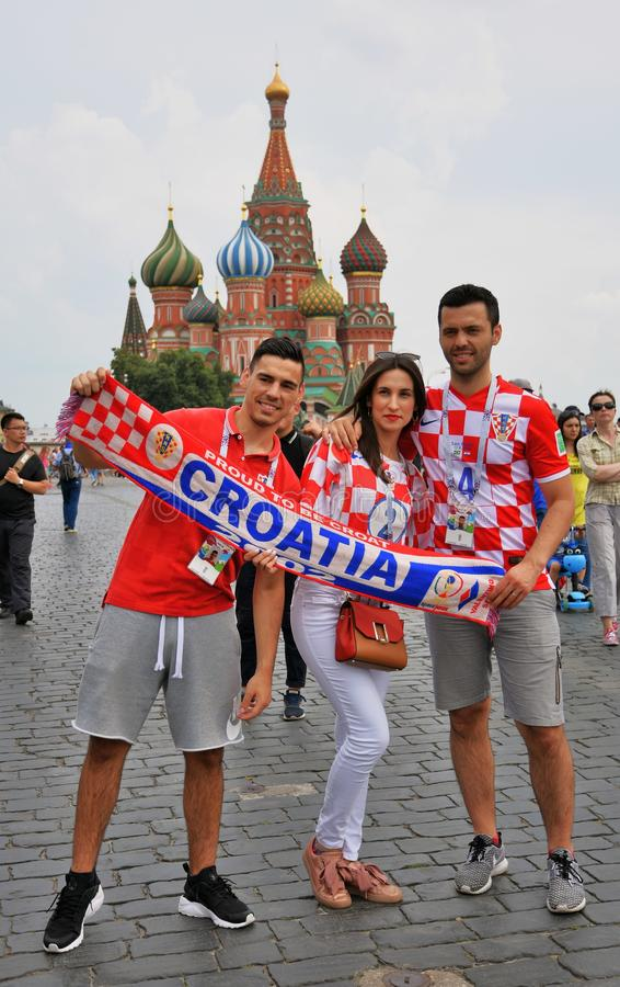 Los fanáticos del fútbol croatas presentan para las fotos en la Plaza Roja en Moscú fotografía de archivo libre de regalías