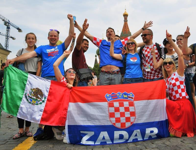 Los fanáticos del fútbol croatas presentan para las fotos en la Plaza Roja en Moscú imágenes de archivo libres de regalías