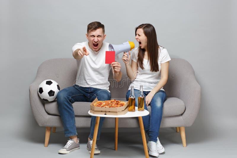 Los fanáticos del fútbol enojados del hombre de la mujer de los pares animan para arriba grito preferido del equipo de la ayuda e imágenes de archivo libres de regalías