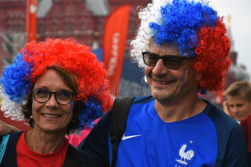 Los fanáticos del fútbol franceses presentan para las fotos en la Plaza Roja en Moscú foto de archivo