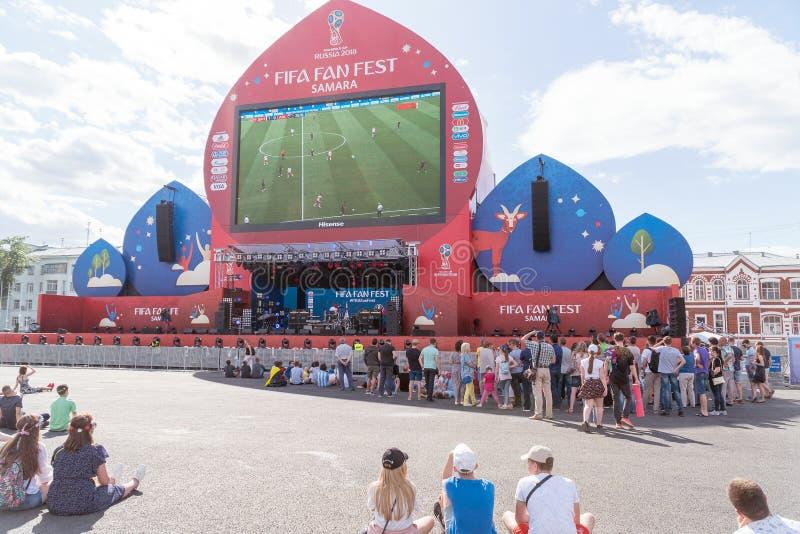 Los fanáticos del fútbol miran la retransmisión en directo del partido en zona de la fan fotos de archivo libres de regalías