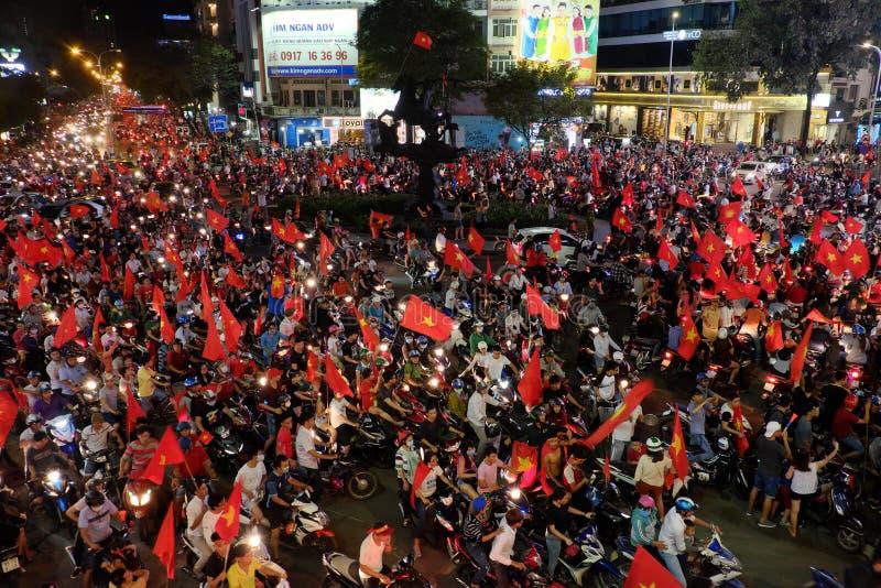 Los fanáticos del fútbol vietnamitas celebran fútbol del triunfo imagen de archivo libre de regalías