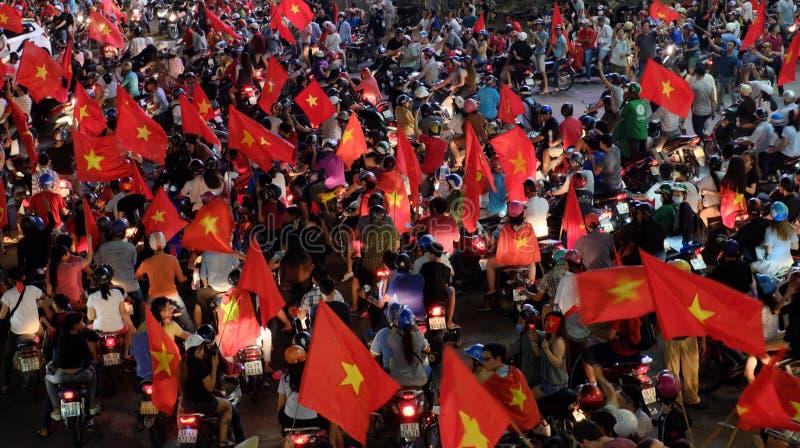 Los fanáticos del fútbol vietnamitas celebran fútbol del triunfo imágenes de archivo libres de regalías