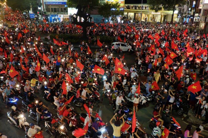 Los fanáticos del fútbol vietnamitas celebran fútbol del triunfo foto de archivo libre de regalías
