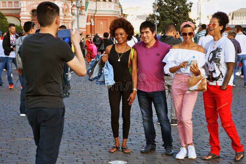 Los fan?ticos del f?tbol presentan para las fotos en la Plaza Roja en Mosc? imagen de archivo libre de regalías