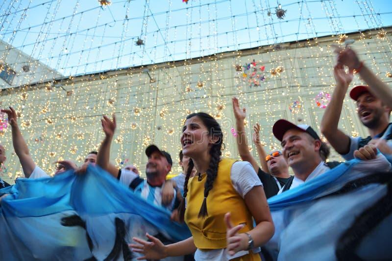 Los fans de Argentina están mirando la difusión del partido en el fa fotos de archivo