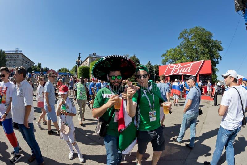 Los fans del equipo nacional de México se vistieron en sombrero y coágulo fotografía de archivo
