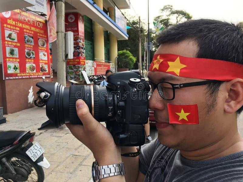 Los fans vietnamitas miran el campeonato 2018 del AFC U 23 en la TV fotografía de archivo libre de regalías
