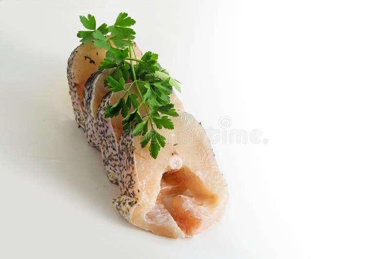Los filetes crudos del lucio europeo en fila con perejil adornan, fi fresco foto de archivo libre de regalías