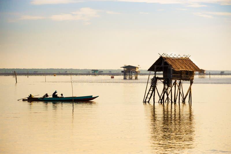 Los fishermans navegan su barco imagen de archivo libre de regalías