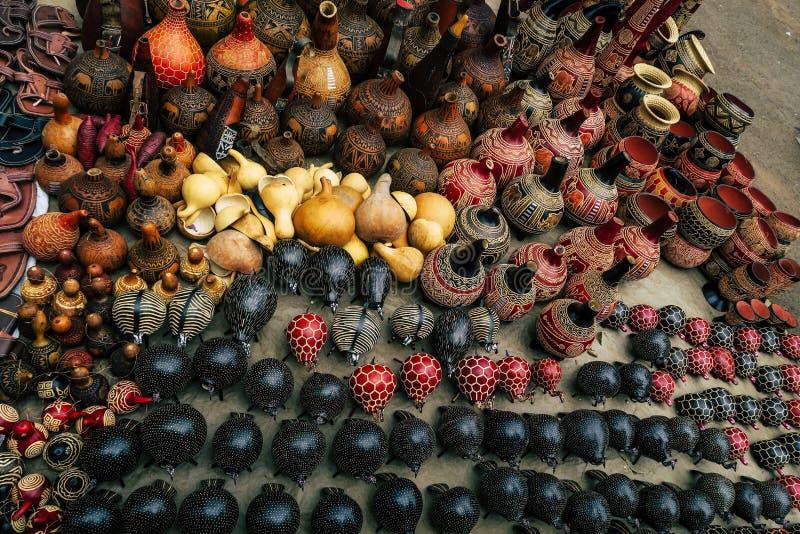 Los floreros y el arte se opone en un mercado en Nairobi, Kenia foto de archivo libre de regalías