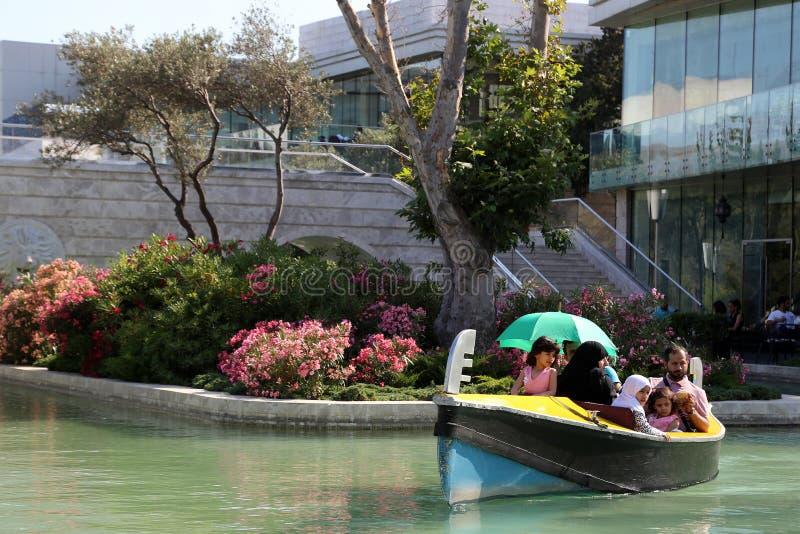Los flotadores de la góndola de la 'promenade' a lo largo del sistema del canal de agua fotografía de archivo libre de regalías