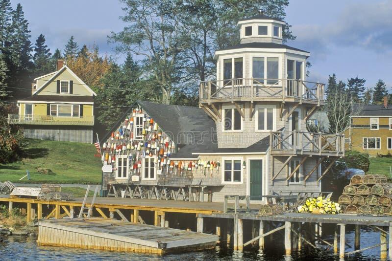 Los flotadores de redes de pesca cuelgan en el lado de un faro en Stonington, isla desierta del soporte, Maine foto de archivo
