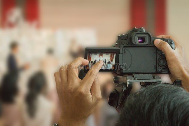 Los fotógrafos están tomando las fotos de los pares fotos de archivo libres de regalías