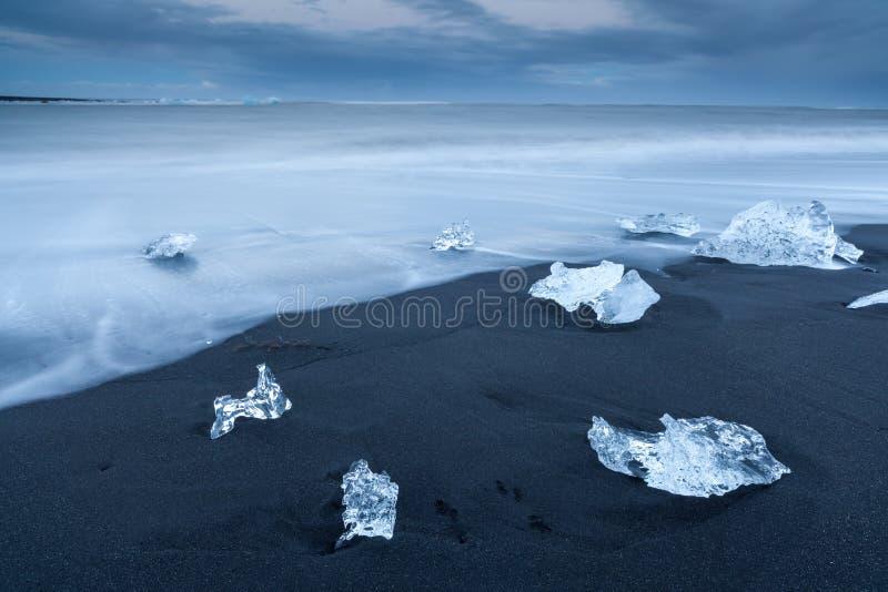 Los fragmentos del iceberg en Jökulsárlón varan, Islandia del sur fotografía de archivo libre de regalías